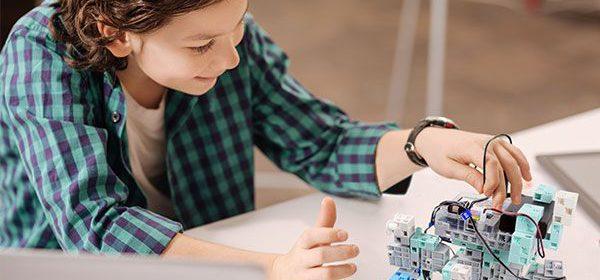 Des enfants programment des robots à l'école primaire